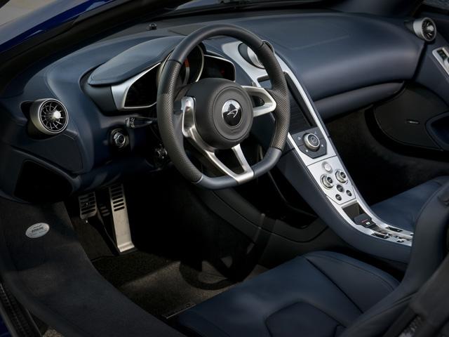 ▲ハンドステッチのアルカンターラを用いたインテリア。バックレスト固定式のカーボンシートもオプション採用