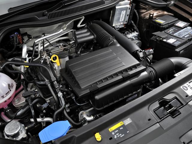 DOHC4バルブ化された新型エンジンを搭載。アイドリングストップ機構や回生システムも備える