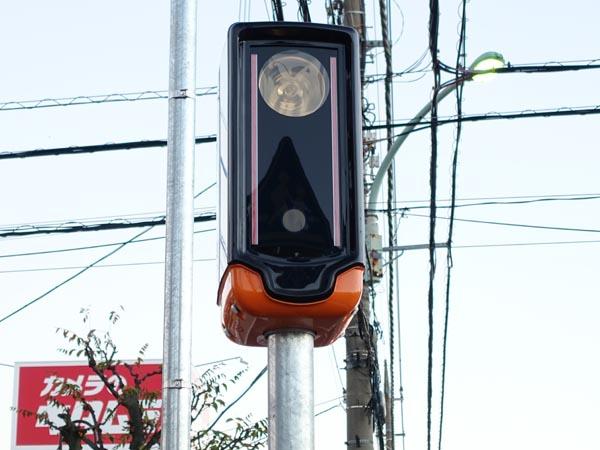 ▲150メートル先の車を検知して、その車が速度違反だった場合、周囲の歩行者に対して「車に注意してください」という警告アナウンスを流す機能も備えている