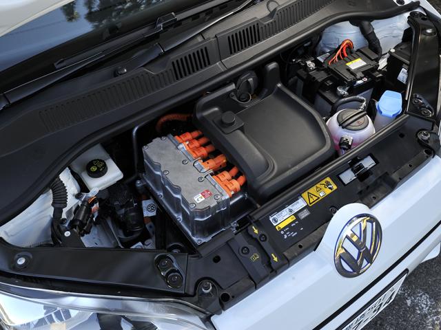 満充電での航続距離は185km(JC08モード)。ブレーキの回生力は4段階に調整可能だ