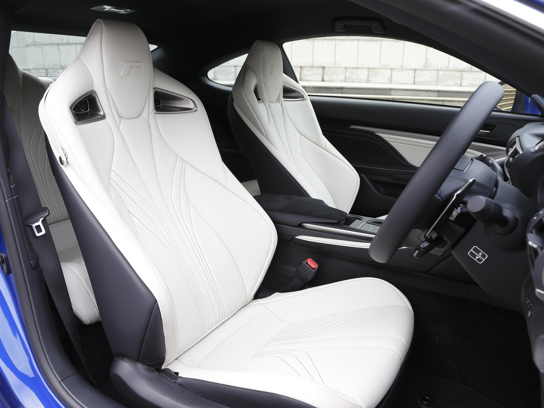 ▲RC Fのシートにはヘッドレストと一体型のハイバックスポーツシートを用いた。ステッチも骨格や筋肉に沿った縫製パターンで、フィット感を向上している