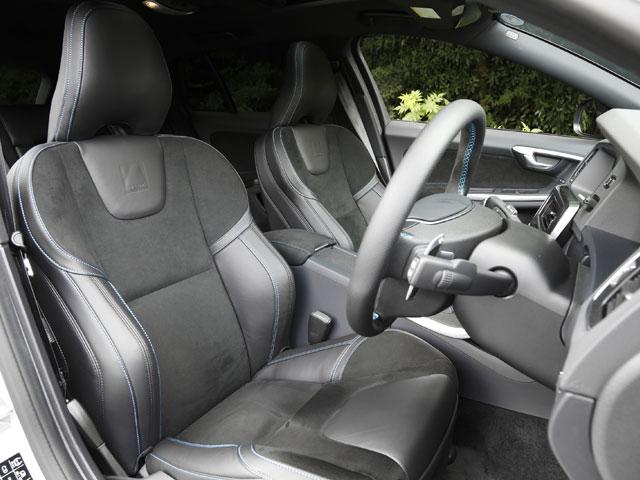 ▲ステアリングやシートなど随所にヌバックが採用されている。スポーティーでありながら上質感の表現にも一役買っている