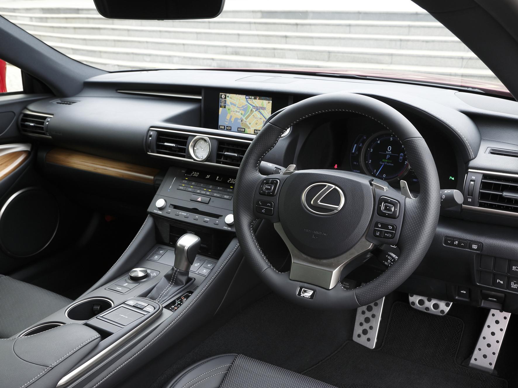 ▲適切な運転姿勢のままナビやオーディオを操作できるタッチパッド式の新型リモートタッチが採用され、快適性も追求されている