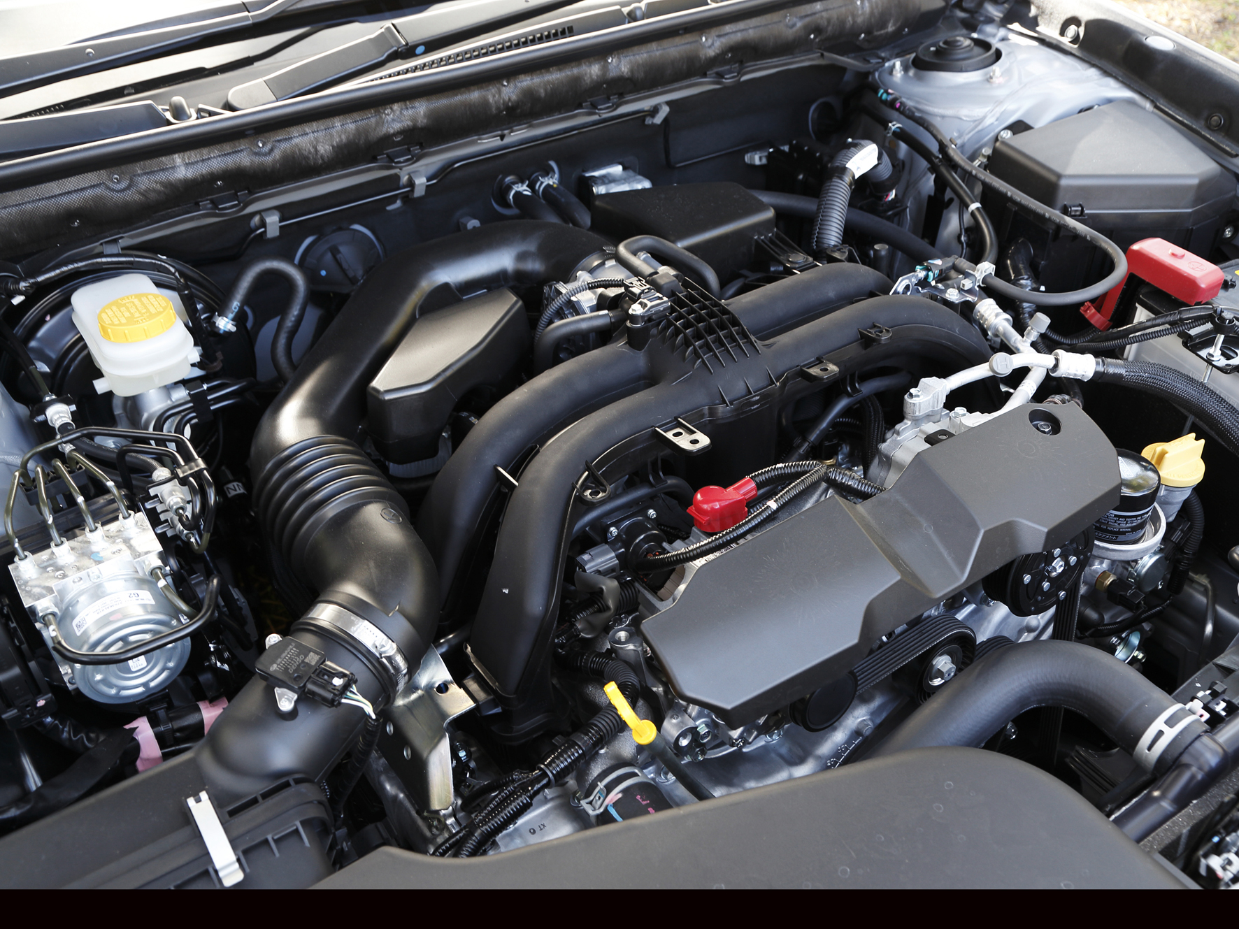 ▲アウトバック、B4ともに新開発された2.5Lの水平対向エンジンが搭載されている