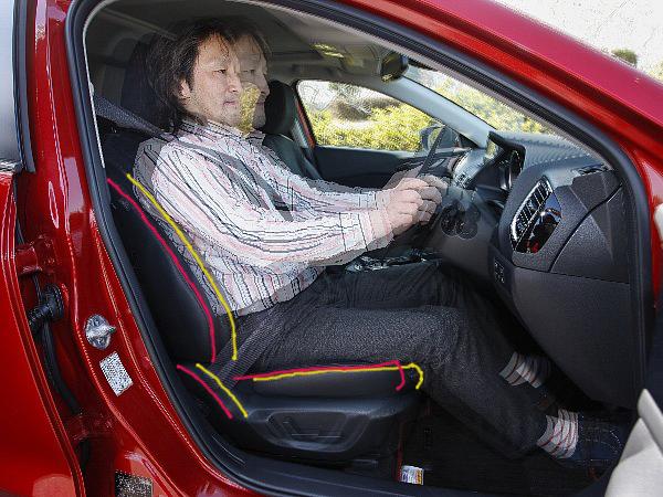 ▲ドライバーを中心に旋回してゆく楽しさを演出するアクセラの感性チューニングは、実に緻密で高度な次元で実現されている。故に、シートの前後位置をわずかに変えるだけで、ハンドリングの印象は大いに変化する。黄線のポジションでは前輪のリードが強く感じられた操舵感は、赤線では後輪の回り込みがよく感じられる4輪協調の旋回感として伝わるようになった