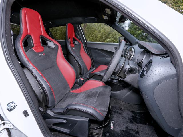 ▲装着されるシートはRECARO製でNISMOと共同開発した専用スポーツシート。座面と背もたれ部分の沈み込みによって、高いホールド性を実現している