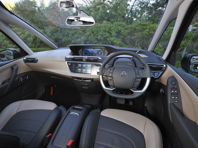 ▲ツートーンのナッパレザーシートをオプションで用意。室内スペースは広くなり、全席独立したシートが備わる