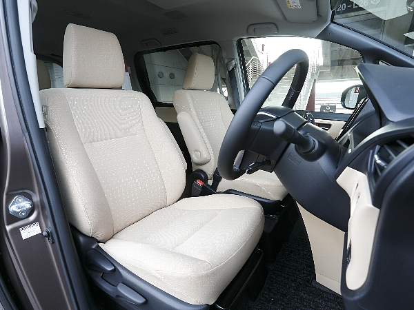 ▲低い間口に対してやや高めに置かれたドライバーズシートに座れば、ハンドルは据え切りでクルクルと回り、座面は前側の張りが弱く、足が長くなくとも太ももの裏側が圧迫されない