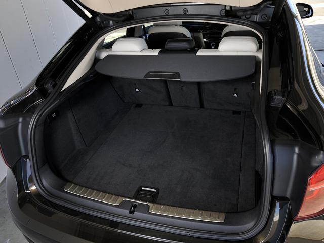 ▲ラゲージ容量は先代より10L広い580L、3分割の後席を倒せば最大1525Lに。自動開閉機能が備わる