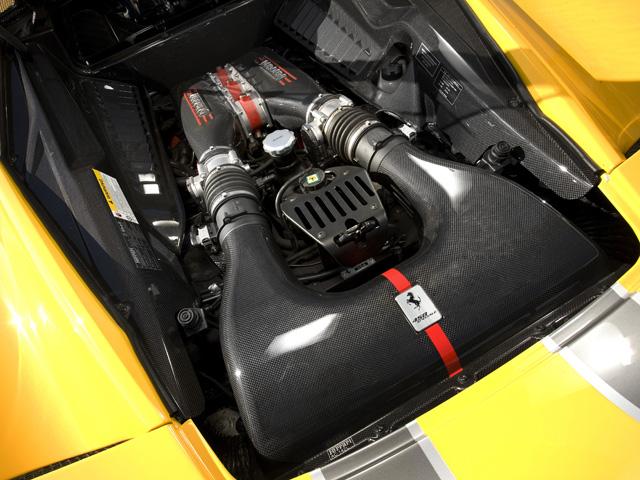 ▲ロードカー用NAとして世界最高を誇るV8エンジン。F1のノウハウが用いられ0-100㎞/h加速は3秒となる