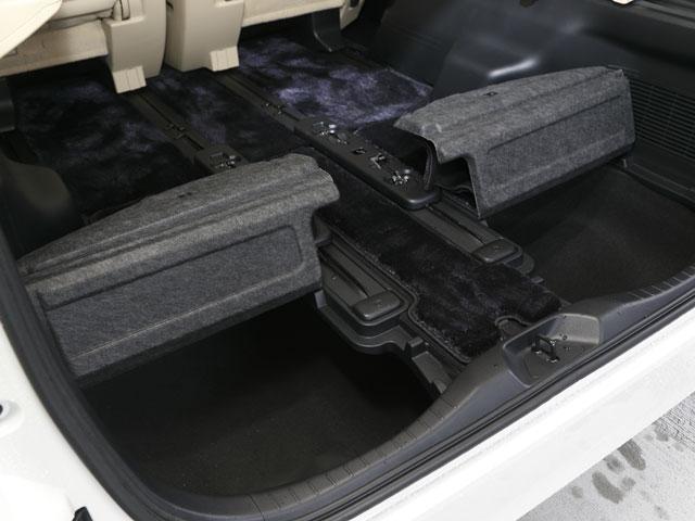 ▲全グレードで脱着折りたたみ式のデッキボードを採用しサードシートの床下にも収納スペースを確保