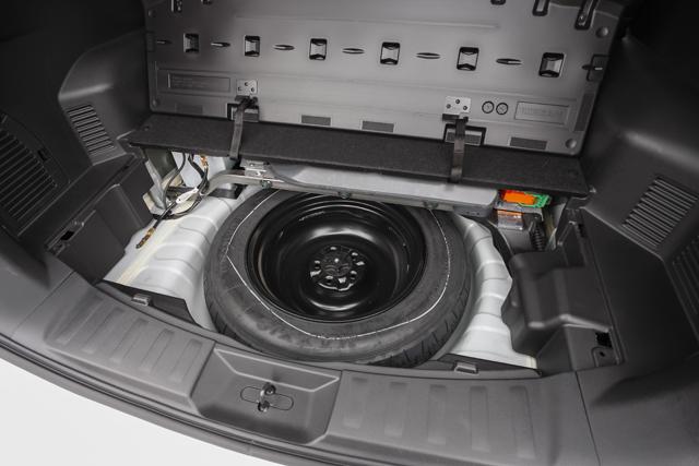▲ラゲージ下に収納されたスペアタイヤを搭載。軽量化のためスペアタイヤ未搭載の車種もある中、タフな使用も想定されるエクストレイルハイブリッドだけにうれしいポイントだ