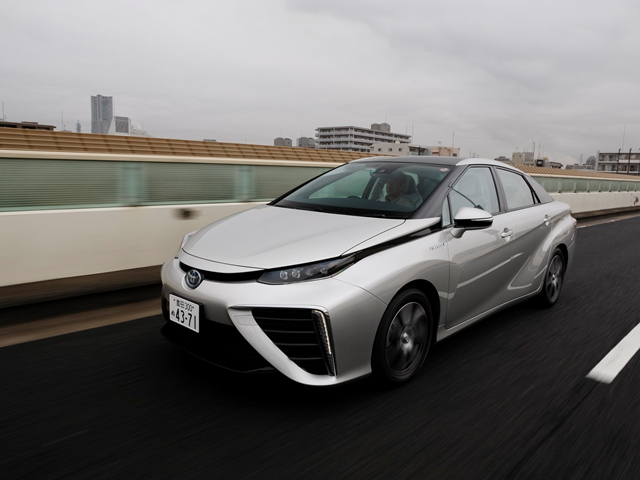 ▲ついに登場した燃料電池自動車、トヨタ MIRAI。トヨタがこれまで培ってきたハイブリッド技術をもとにした燃料電池システム「トヨタフューエルセルシステム(TFCS)」が搭載されている