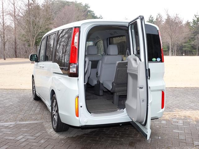 ▲横にも縦にも開くハッチが特徴の「わくわくゲート」。人の乗り降りや限られたスペースでの荷物の出し入れが可能