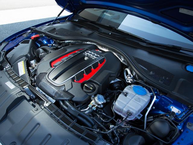 ▲アイドリングストップなどに加え、V8エンジンには気筒休止システムを採用。RS7の0→100km/h加速は3.9秒