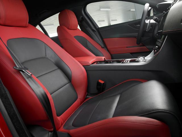▲ドライバーを包み込むような形状のフロントシートは低い位置に設置、スポーツカーのようなポジションを実現した