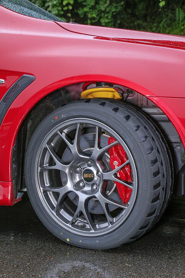 ▲ベース車ではオプション設定となっていたBBS社製のアルミホイールを標準装備。ホイール本体はダーククロームで、文字色はゴールドの専用塗装となっている