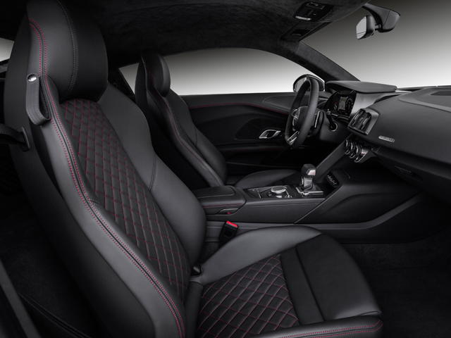 ▲レザーのスポーツシートを標準装備。V10プラスには軽量バケットシートも用意されている