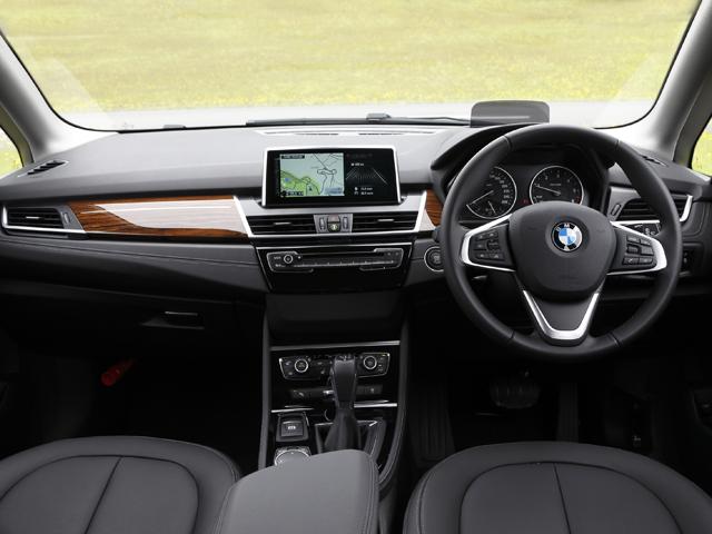 ▲他グレード同様,BMWらしいスポーティな運転席まわり。後席も前後スライドが可能に