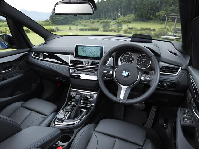 ▲他モデル同様、ドライバー・オリエンテッドな運転席。着座位置がやや高いセミ・コマンド・ポジションとされた