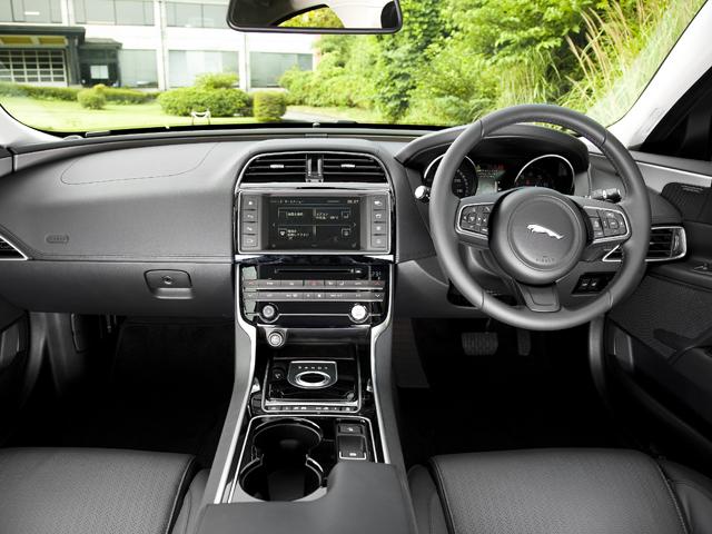 ▲前席は乗員を包み込むような形状、シート位置を低くしスポーツカーのようなポジションに