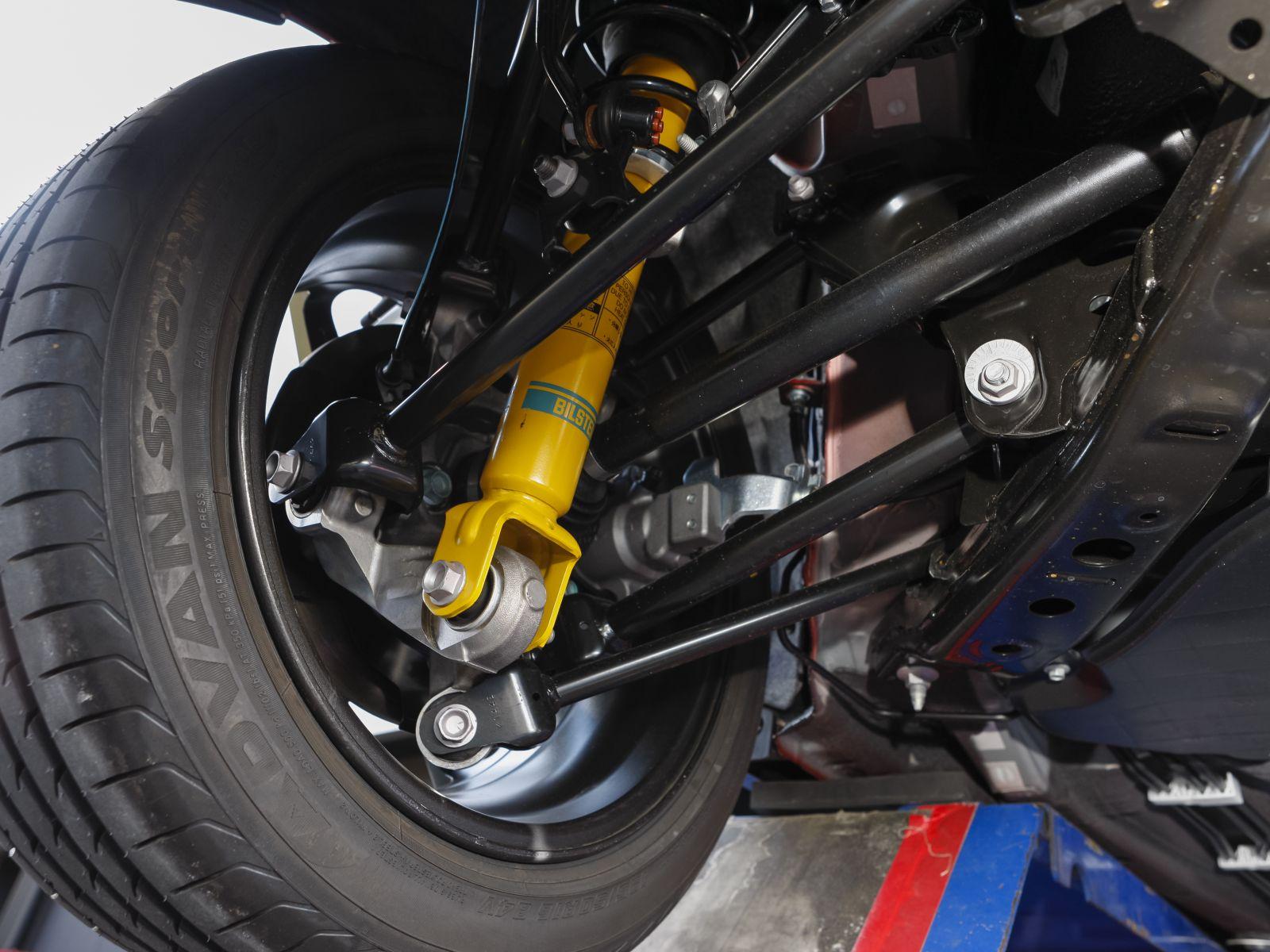 ▲ビルシュタイン社製ダンパー(固定式)が標準装備。これにより既存グレードよりも一層スポーツ走行に向いた乗り味となっている