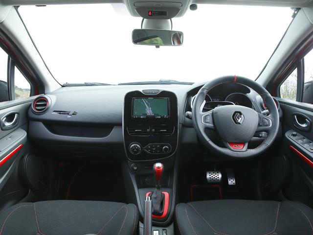 ▲パンチングレザーのステアリングを装着。3種類の走行モードが選べるR.S.ドライブにはローンチ機能も