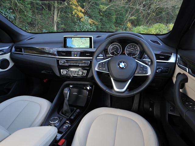 ▲前席の着座位置は36mm高くなり視認性が向上。アンビエントライトなどで高級感を演出