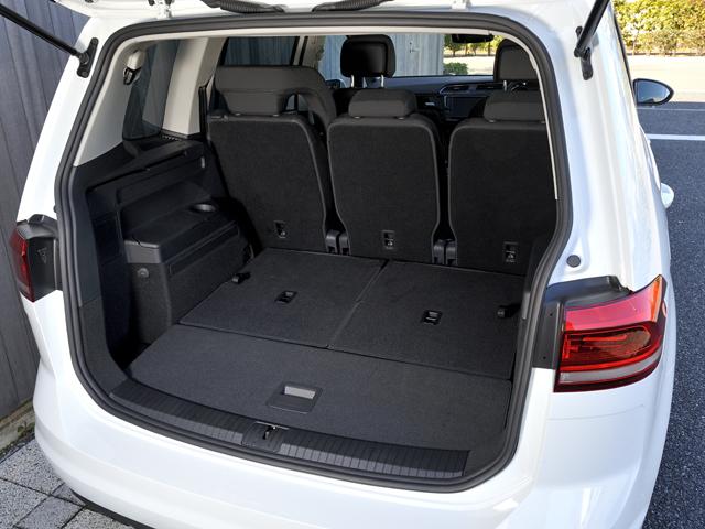 ▲フラットフォールドシートを採用。シートを簡単な操作で畳め、フラットな空間に。最大容量は1857L