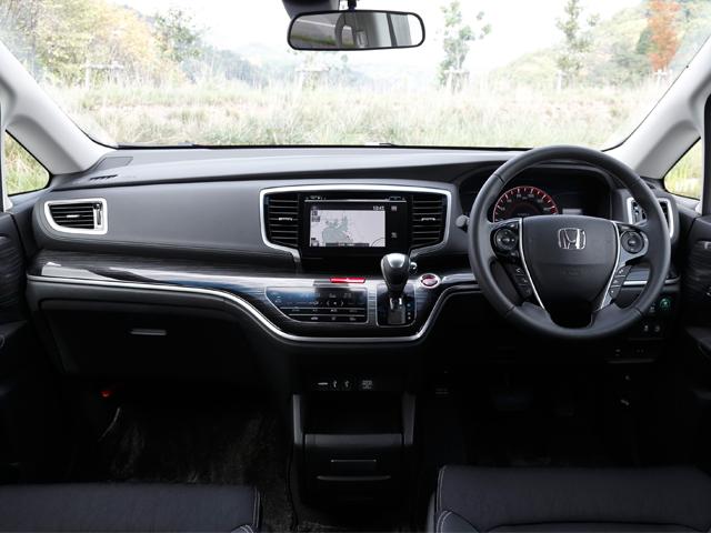 ▲高級感漂うコックピット。低床設計のため、運転席からの景色はミニバンを思わせません