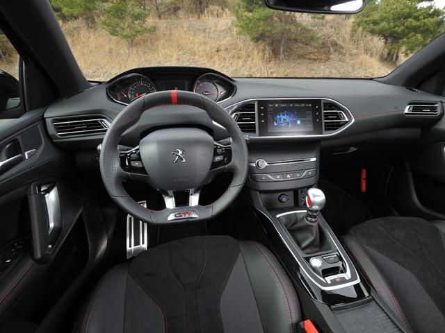 ▲レッドステッチの入った専用内装を採用。前席には270にバケットシート、250にスポーツシートを装着する
