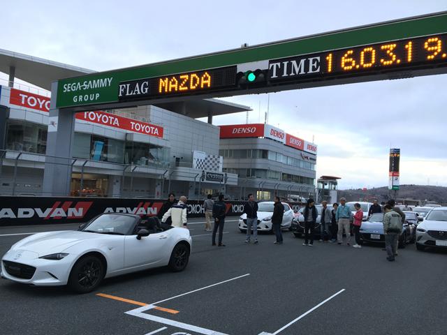 ▲3月19日に富士スピードウェイで行われた『Be a driver. マツダ・ドライビング・アカデミー』。写真はプログラムの最後に行われた本コース上での記念撮影前の様子