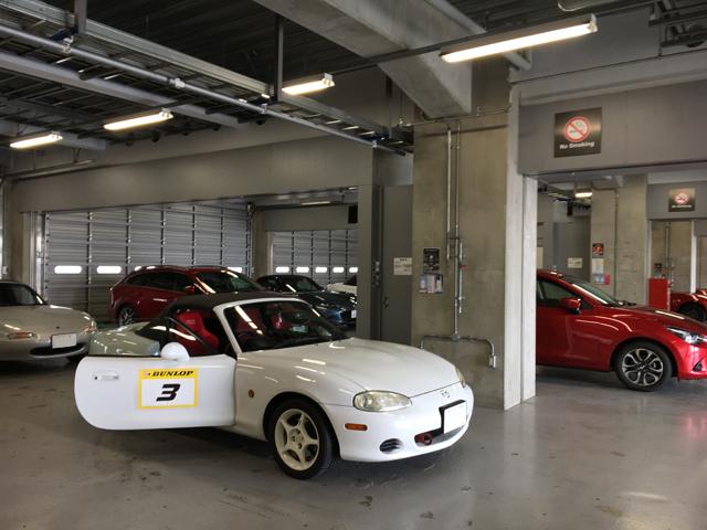 ▲富士スピードウェイのパドックで出番を待つ我がNR-A。今回のアカデミーには合計30台が参加。スポーツカーの他、CX-3、CX-5といったSUVの姿も見えた