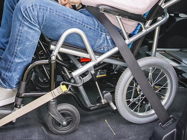 ▲例えば車輪の大きな車いすだと狭い車内で車輪のスポークの間を通すなど、介助者に負担がかかるが、ウェルチェアは車輪を小さくするなど、シートベルトをしやすく、かつ腰骨を抑える適切な位置になるよう配慮されている