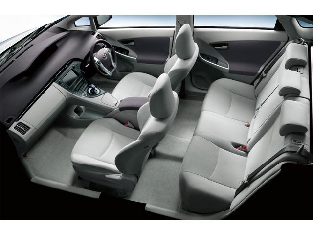 ▲3代目プリウス車内。広々空間に近未来的でクールなインテリアデザイン!
