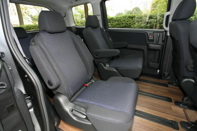 ▲こちらは2007年11月に登場した、専用エアロパーツなどが装備されたスパーダの内装。席が分かれたキャプテンシートが採用されています。また、こちらの床はフローリングフロアなので掃除も簡単です