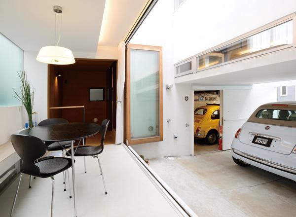"""▲""""500""""用ガレージと応接間の間は、屋根のない吹き抜けになっており、爽やかな風が通り抜ける"""