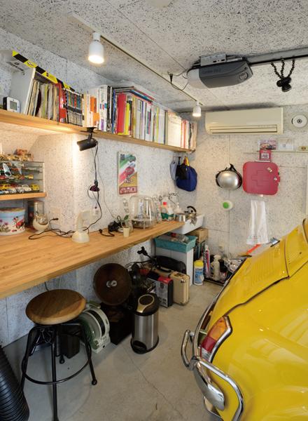 """▲""""チンク""""用ガレージの後方にはDIY用のテーブルがセットされている。デザイナーという仕事柄、ここでアイディアを練ることもあるという。愛車とともに過ごすタイトな空間は、また格別の居心地のよさなのだろう"""