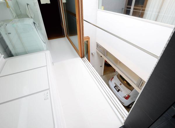 ▲奥様が希望して作られた露天風呂。大きな木製の引き戸を開けると、抜群の開放感を味わいながらの入浴が可能。外界と室内との境をファジーにすることで、露天感覚が味わえる
