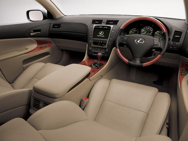 ▲本革シートに木目調デザインと豪華なインテリアとなっています。装備が充実しているのは高級車の証しです