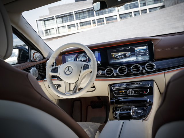 ▲ステアリングにタッチコントロールを自動車として初採用。2つのディスプレイを融合させたワイドスクリーンコックピットもオプションで用意する