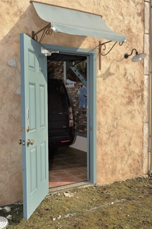 ▲ガレージ後方の扉を開けると裏庭に続く。将来的にはここに物置小屋を建て、趣味の道具を置く予定とのこと