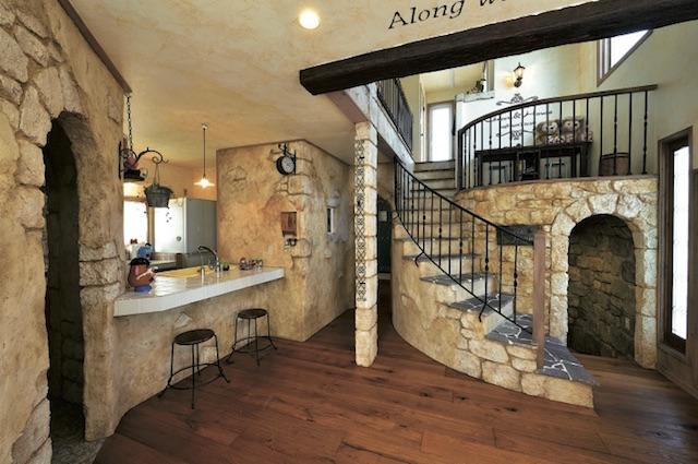 ▲左手のキッチンは奥様コダワリの動線が実現されている。正面の洞窟風入口は趣味の部屋