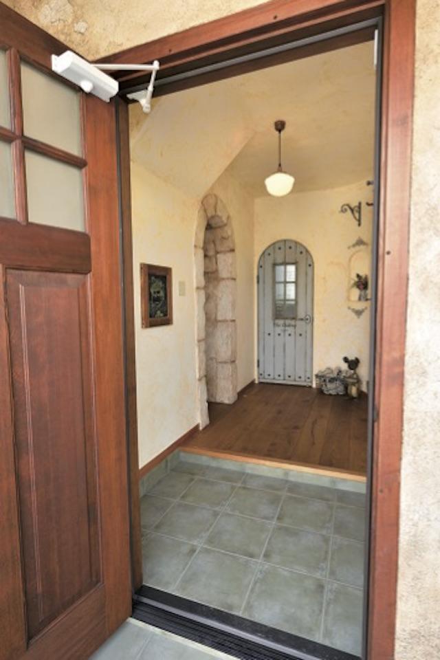 ▲玄関に入ると、天井や壁面も含めてほとんど角がないことに気づく。温かみのある空間を感じさせるポイントだ