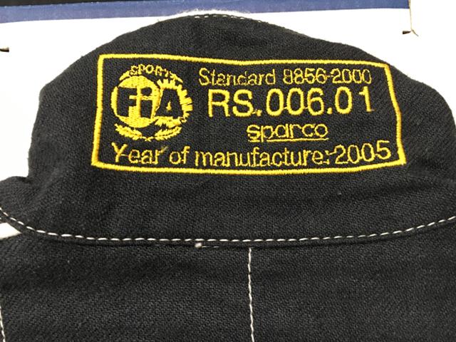 ▲レーシングスーツの襟に刺繍されたFIA基準8856ー2000のラベル