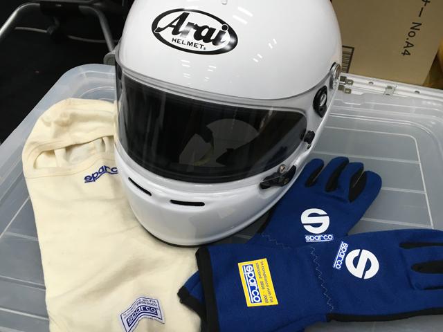 ▲左からバラクラバス(フェイスマスク)、ヘルメット、レーシンググローブ