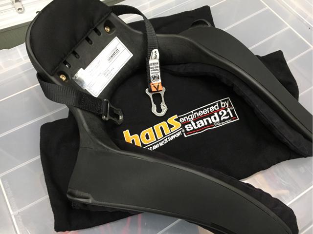 ▲これが頭部および頸椎の保護装置。Head And Neck Supportの頭文字をとってHANS(ハンス/ハンズ)と呼ばれる。首にU字の溝を通し、付属の金具でヘルメットに固定する