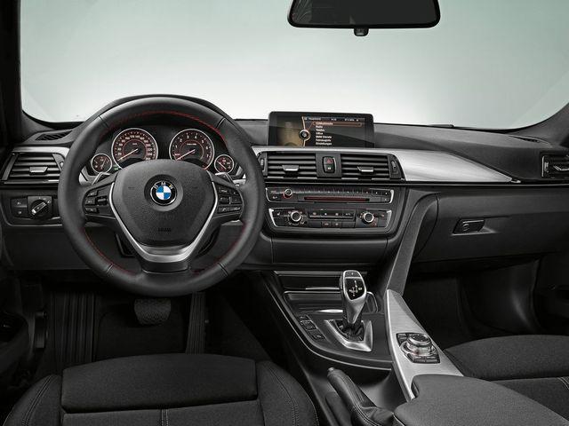 ▲外資系企業の役員室のように重厚でありながら、同時にスポーティでもあるという稀有なテイストとなる、現行BMW 3シリーズのインパネまわり