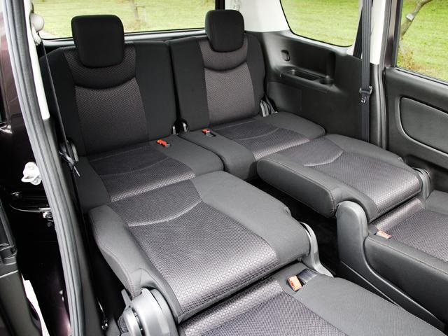 ▲後部座席をフラットにすれば、簡易ベッドに早変わり。遠出の際、パーキングなどでちょっと一休みなんてことも楽々!