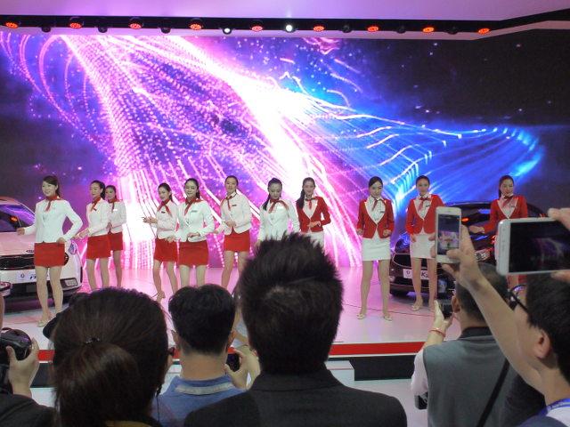 ▲2015年の上海ショー同様、コンパニオンの禁止が打ち出された北京ショーを象徴する1枚。女性モデルの肌の露出は控えめ